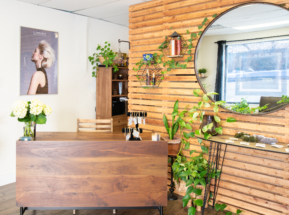 Ivy + Oak Salon welcoming reception desk to book salon appointments